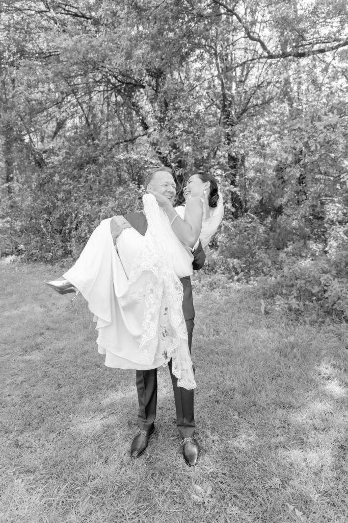 Bruiloftsfoto bruidegom tilt de bruid op