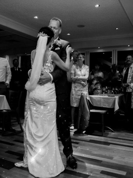 Bruiloftsfoto dans bruidspaar achterkant
