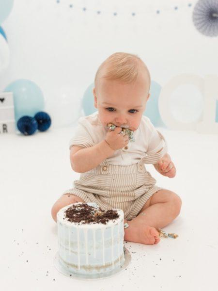 Cake smash foto Gijs eet de taart