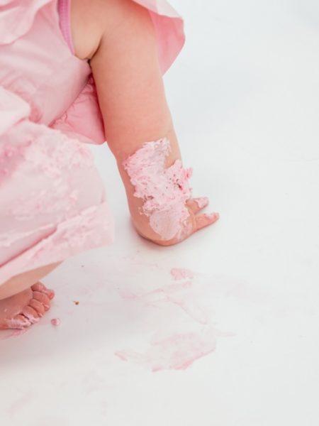 Cake smash fotografie Fleur kruipt door de taart