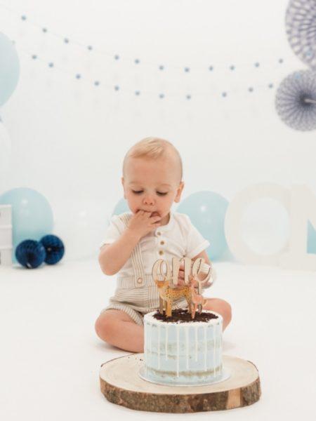 Cake smash shoot Gijs met taart