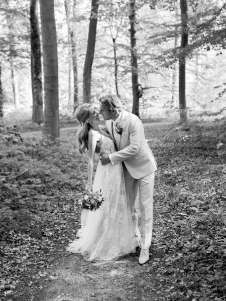 Bruidspaar foto in zwart wit